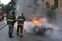 SAO PAULO, SP, 17-06-2012, INCENDIO EM VEICULO. Na manha de hoje (17) um veiculo pegou fogo na Rua Conselheiro Nebias, o dono do veiculo nao foi  localizado. Luiz Guarnieri/ Brazil Photo Press.