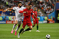 SARANSK - RUSIA, 25-06-2018: Ramin REZAEIAN (Izq) jugador de RI de Irán disputa el balón con Cristiano RONALDO (C) (Der) jugador de Portugal durante partido de la primera fase, Grupo B, por la Copa Mundial de la FIFA Rusia 2018 jugado en el estadio Mordovia Arena en Saransk, Rusia. / Ramin REZAEIAN (L) player of IR Iran fights the ball with Cristiano RONALDO (C) (R) player of Portugal during match of the first phase, Group B, for the FIFA World Cup Russia 2018 played at Mordovia Arena stadium in Saransk, Russia. Photo: VizzorImage / Julian Medina / Cont