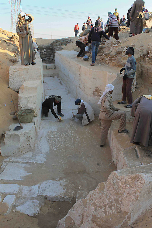 ABYDOS, EGYPTE-1er janvier:&nbsp;une equipe d'archeologues americains a identifie une tombe vieille de 3.800 ans comme etant celle de Sobekhotep Ier, un pharaon de la 13eme dynastie de l'Egypte antique.Excavating entrance (tomb of Sobekhotep , a Abydos,Egypte; <br /> ABYDOS, EGYPT-January 1: A team of archaeologists has identified an American old grave 3,800 years as being one of Sobekhotep I, a pharaoh of the 13th dynasty of Egypt antique.Excavating entrance (tomb of Sobekhotep has Abydos, Egypt;