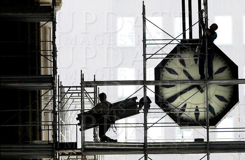 Operai al lavoro sui ponteggi all'esterno della Stazione Centrale di Milano, 17 marzo 2008..Men at work on scaffolding outside of Milan's railway Central Station, 17 march 2008..UPDATE IMAGES PRESS/Riccardo De Luca