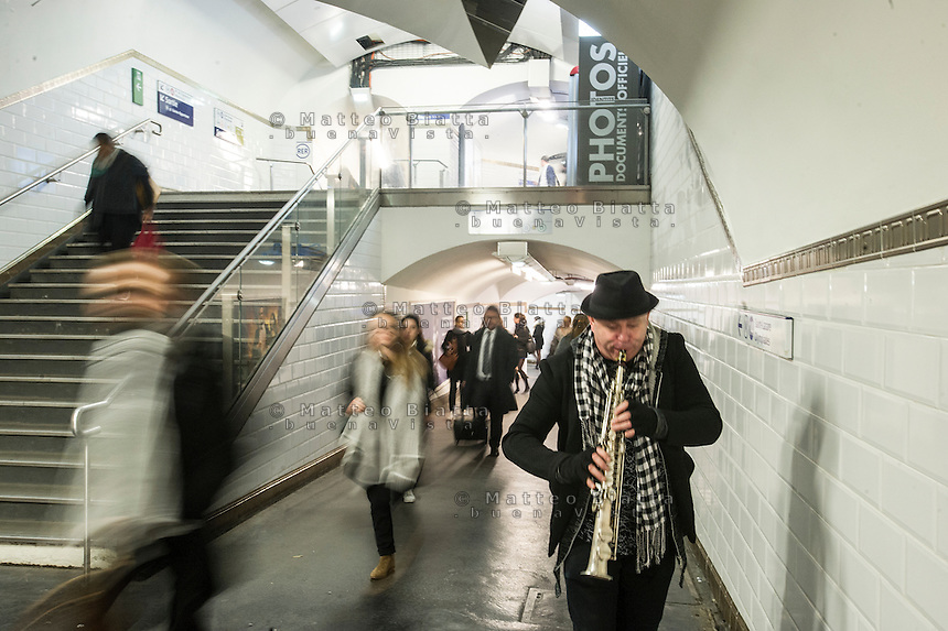 Parigi nella foto artista di strada in metropolitana geografico Parigi 03/11/2016 foto Matteo Biatta<br /> <br /> Paris in the picture street artist subway geographic Paris 03/11/2016 photo by Matteo Biatta