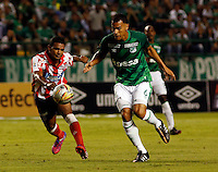 PALMIRA -COLOMBIA-12-03-2015. David Cabezas (Der) jugador del Deportivo Cali disputa un balón con Luis Narvaez (Izq) jugador de Atlético Junior durante partido por la fecha 9 de la Liga Aguila I 2015 jugado en el estadio Palmaseca de la ciudad de Palmira./ David Cabezas (R) player of Deportivo Cali fights the ball with Luis Narvaez (L) player of Atletico Junior during match for the 9th date of Aguila League I 2015 played at Palmaseca stadium in Palmira city Photo: VizzorImage/ Juan C. Quintero /STR