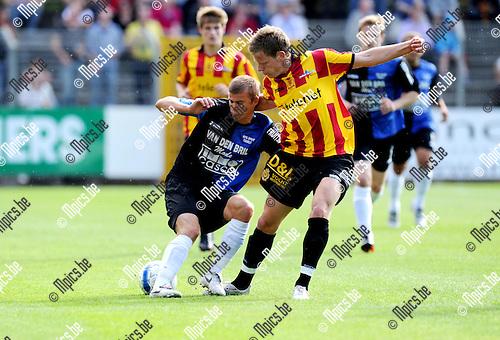 2011-07-10 / Voetbal / seizoen 2011-2012 / Rupel-Boom - KV Mechelen / Bjorn Beyens (L, Rupel-Boom) met Anthony Van Loo..Foto: mpics