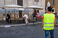 Roma 6 Agosto 2014<br /> Sono tornati per pochi minuti i dehors a Piazza Navona. I titolari dei ristoranti  hanno deciso di alzare le saracinesche e ripristinare gli spazi esterni, ma posizionando i tavolini nel rispetto dei limiti imposti dalle concessioni del comune di Roma. Ma gli agenti della municipale li hanno bloccati: &quot;Non sono autorizzati&quot;. Agenti della Polizia  municipale assistono alla nuova rimozione dei tavolini.<br /> Rome August 6, 2014 <br /> They came back for a few minutes the dehors in the Piazza Navona. The owners of the restaurants have decided to raise the  rolling shutter and restore the dehors, but by placing the tables within the limits imposed by the concessions of the city of Rome. But the agents of the municipal blocking them: &quot;They are not unauthorised &quot;. <br /> Tre Tartufi Restaurant close, , by order of the Municipal Police, why do not comply with the limits imposed by the concessions of the city of Rome.