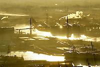 Deutschland, Hamburg, Hafen, Koehlbrandbruecke, Sonenuntergang. Dunst, Elbe, Wasser, Licht auf der Elbe