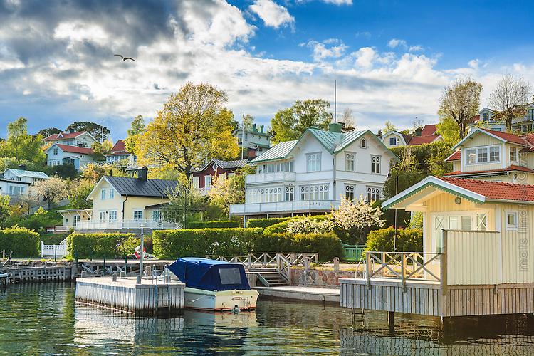 Blommande vår på Dalarö vid båthus, villor bryggor i Stockholms skärgård. / Archipelago Stockholm Sweden.