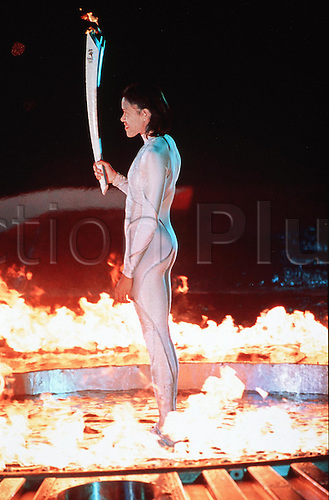 15.09.2000. Sydeny, Australia. CATHY FREEMAN (AUS) holds the Olympic Torch to light the Olympic Flame, SYDNEY 2000 Olympic Games