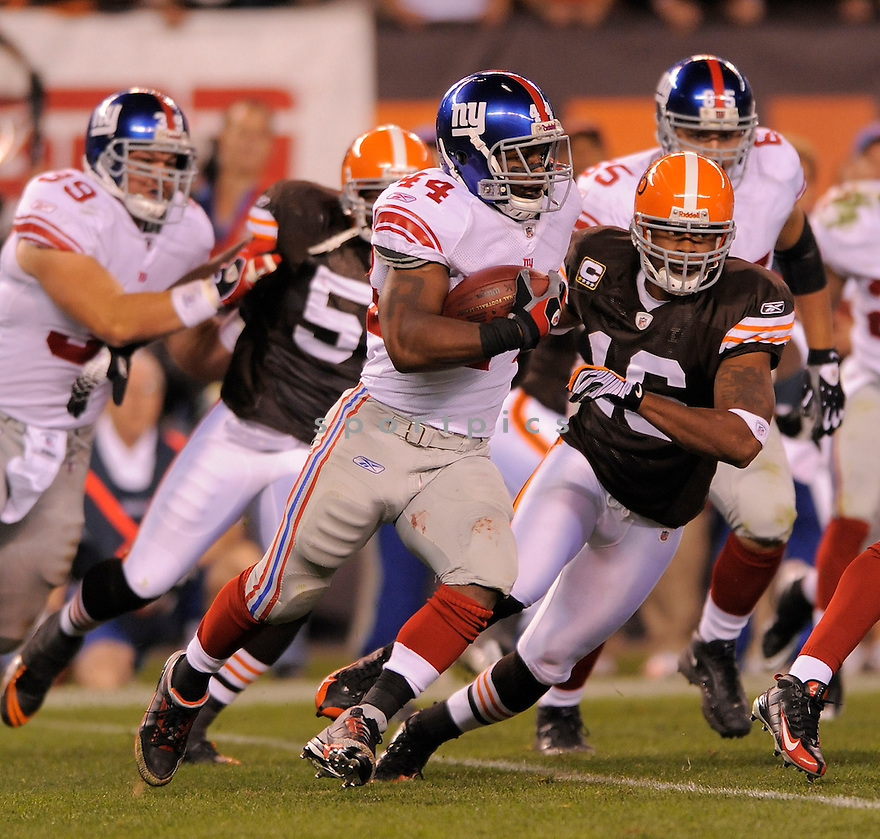 AHMAD BRADSHAW, of the New York Giants  in action against the Cleveland Browns during the Giants game in Cleveland, OH on October 13, 2008/.. The Browns won the game 35-14