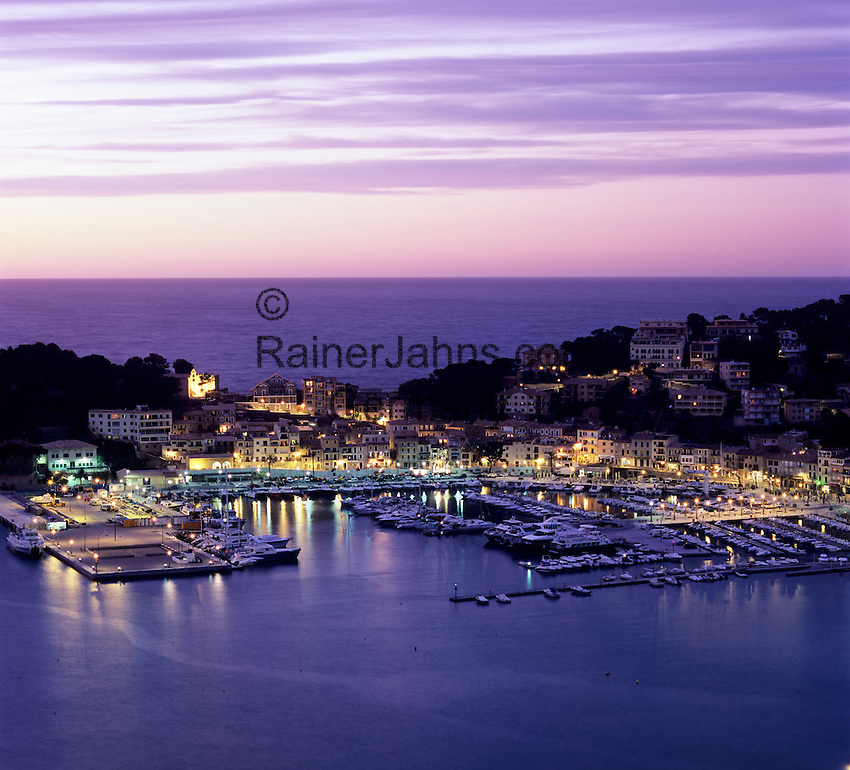 Spain, Balearic Islands, Mallorca, Port de Soller, resort and harbour at dusk