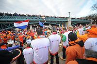 SCHAATSEN: BOEDAPEST: Essent ISU European Championships, 07-01-2012, Hongaars publiek kijkt vanaf Kós Károly-brug naar Nederlandse schaatsfans en Kleintje Pils, ©foto Martin de Jong