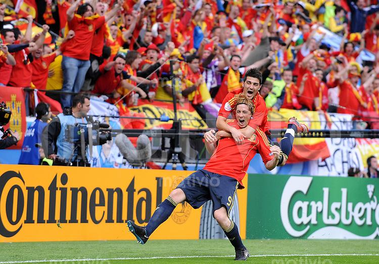 FUSSBALL EUROPAMEISTERSCHAFT 2008  Schweden - Spanien    14.06.2008 Fernando TORRES (l) bejubelt sein 1:0 mit David VILLA (ESP).