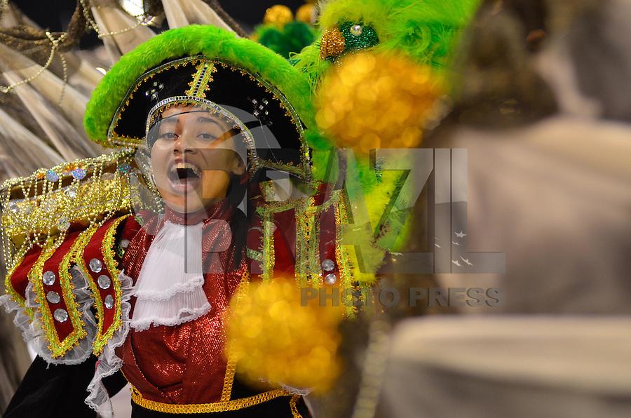 SAO PAULO, SP, 10 FEVEREIRO 2013 - CARNAVAL SP - CAMISA VERDE E BRANCO - Integrantes da escola de samba camisa Verde e Branco durante desfile do Grupo de Acesso no Sambódromo do Anhembi na região norte da capital paulista, neste domingo, 10 FOTO: LEVI BIANCO - BRAZIL PHOTO PRESS