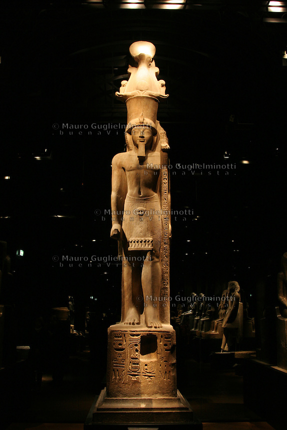 ITALIA - Torino - Museo Egizio  il faraone Sethi II arenaria rosa XIX dinastia regno di Sethi II 1200-1194 aC tempio di Amon Tebe..Il faraone che cammina, sopra la parrucca porta una corona enorme composta dalla corona del Basso Egitto sormontata da una corona atef.Il gonnellino è decorato con una cintura con pendaglio con testa di ghepardo e di urci con disco solare. Il faraone ha uno scettro con l'insegna del dio Amon
