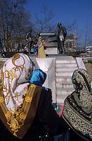 Europe/Turquie/Istanbul : Kadikoy, paradoxe, islamistes en tchador devant la statue de Ataturk (résistant et fondateur de la République au début du siècle)