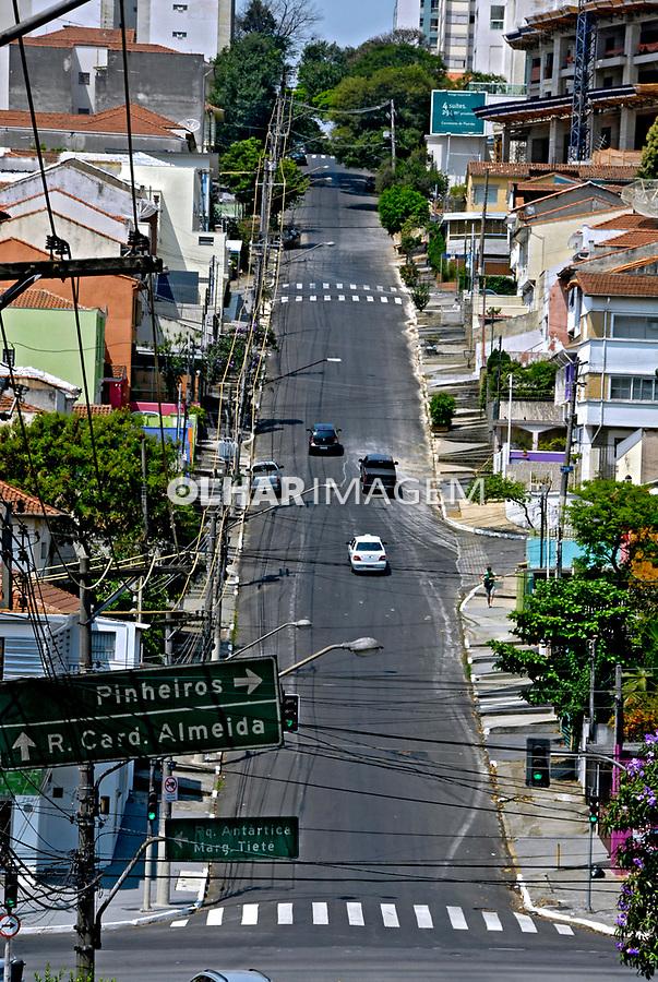 Rua com subida no bairro de Perdizes. São Paulo. 2007. Foto de Juca Martins.