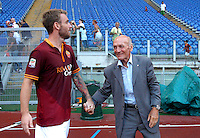 "Calcio: allenamento a porte aperte ""Open Day"" per la presentazione della Roma, a Roma, stadio Olimpico, 21 agosto 2013.<br /> AS Roma midfielder Daniele De Rossi is greeted by former player Giacomo Losi during the club's Open Day training session at Rome's Olympic stadium, 21 August 2013.<br /> UPDATE IMAGES PRESS/Riccardo De Luca"