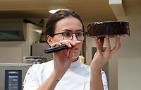 Nederland - Zaandam - 2019. Anna Yilmaz, winnaar van Heel Holland Bakt, aan het werk in het Bakery Institute in de oude Verkadefabriek.    Foto mag niet in negatieve / schadelijke context gepubliceerd worden.     Het Bakery Institute is een particuliere opleiding voor iedereen die zich wil ontwikkelen in het bakkersvak. Je kunt bij het Bakery Institute terecht voor korte en lange programma's voor mensen met weinig tot geen voorkennis en vaktechnische weekcursussen voor professionals. Ook kun je je in 9 weken laten omscholen tot volleerd brood- of banketbakker.   Foto Berlinda van Dam / Hollandse Hoogte