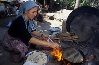 Europe/Turquie/Altinyata : Cuisson des truites frites à la poêle