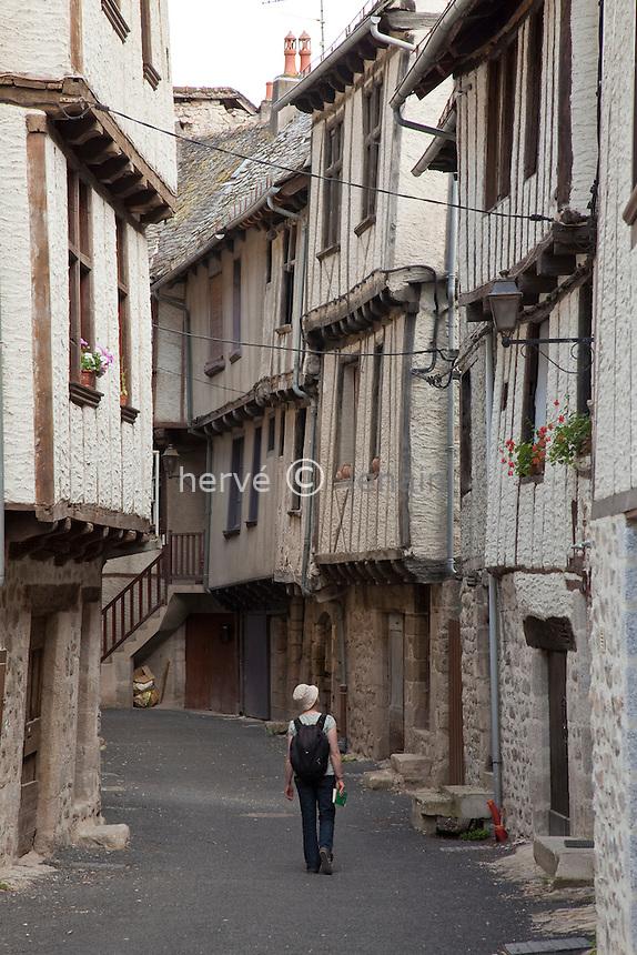 France, Aveyron (12), Entraygues-sur-Truyère, au confluent du Lot et de la Truyère, maisons à encorbellement rue Basse // France, Aveyron, Entraygues-sur-Truyère, corbelled houses rue Basse