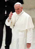 Papa Francesco saluta al termine del suo incontro con i Cavalieri dell'Ordine del Santo Sepolcro in Aula Paolo VI, Citta' del Vaticano, 13 settembre 2013.<br /> Pope Francis waves after meeting Knights of the Order of the Holy Sepulchre at the Paul VI hall, Vatican, 13 September 2013.<br /> UPDATE IMAGES PRESS/Riccardo De Luca<br /> <br /> STRICTLY ONLY FOR EDITORIAL USE