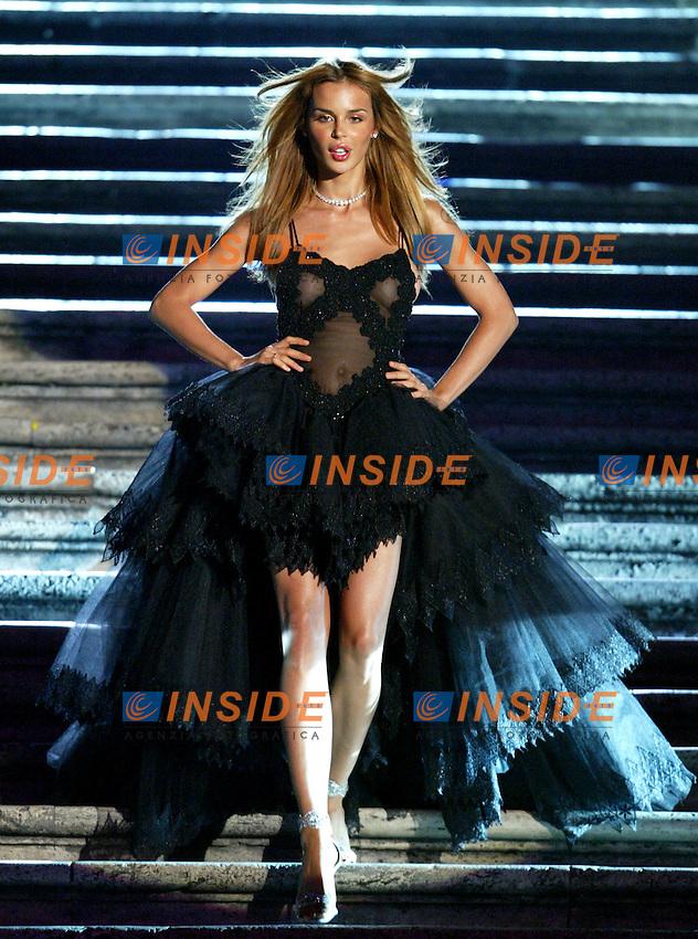 Roma 16 Luglio 2003 <br /> Donna Sotto le Stelle <br /> Nina Moric sfila con una collana di diamanti &quot;Leo Cut&quot; disegnati da Leo Schachter <br /> Foto Andrea Staccioli Insidefoto