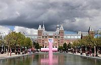 Nederland Amsterdam 2019 . Het Museumplein met het Rijksmuseum. Roze kunstwerk van Morgan Betz in de vijver.  Foto Berlinda van Dam / Hollande Hoogte