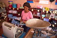Cuba, commessa di un negozio, operazioni di peso e cassa