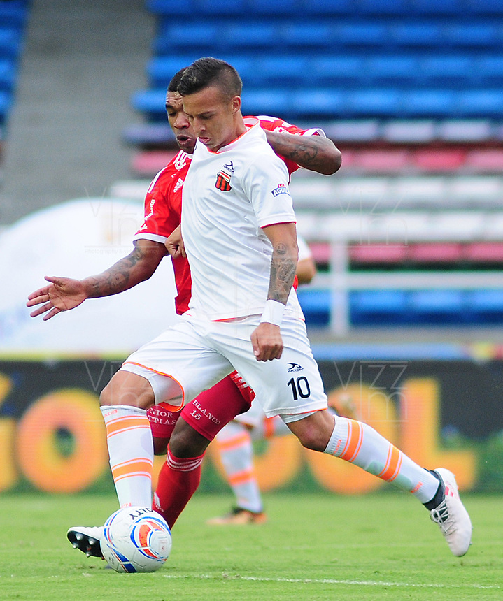 CALI - COLOMBIA - 28 -  03 - 2018: Elkin Blanco (Izq.) jugador de America, disputa el balón con Michael Lopez (Der.) jugador de Envigado F. C., durante partido entre America de Cali y Envigado F. C., de la fecha 11 por la Liga Aguila I 2018 jugado en el estadio Pascual Guerrero de la ciudad de Cali. / Elkin Blanco (L) of player of America, vies for the ball with Michael Lopez (R) player of Envigado F. C., during a match between America de Cali and Envigado F. C., of the 11th date for the Liga Aguila I 2018 at the Pascual Guerrero stadium in Cali city. Photo: VizzorImage / Nelson Rios / Cont.