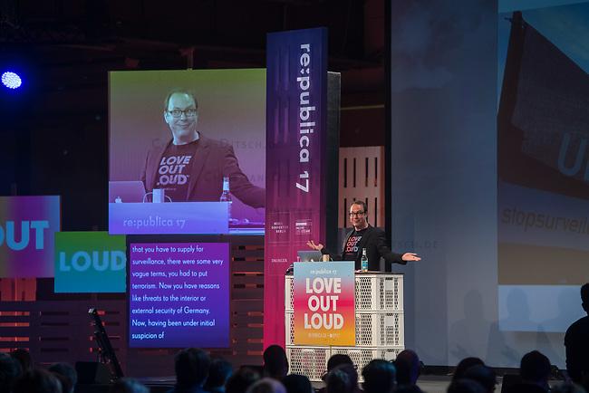 11. re:publica-Konferenz in Berlin<br /> Vom 8. bis 10. Mai 2017 findet in Berlin die elfte re:publica-Konferenz in Berlin unter dem Motto &bdquo;Love Out Loud&ldquo; statt. Die Veranstalter wollen mit dem Motto &bdquo;Love Out Loud!&ldquo; (LOL fuer positiv Denkende) ein &bdquo;Zeichen fuer Engagement und Emanzipation in der digitalen Gesellschaft setzen&ldquo;.<br /> Die Konferenz zum Thema Internet und digitale Gesellschaft bietet auf bis zu 18 Buehnen parallel mehr als 500 Stunden Programm. Ein guter Teil davon dreht sich um netzpolitische Fragestellungen aller Art. Erwartet werden ca. 8.000 Veranstaltungsteilnehmer.<br /> Im Bild: Markus Beckedahl, Redakteur und Mitbetreiber des Nachrichtenmagazin netzpolitik.org, bei seinem netzpolitischen Jahresrueck- und Ausblick. Er praesentiert die positiven und negativen Entwicklungen unserer digitalen Gesellschaft. <br /> 8.5.2017, Berlin<br /> Copyright: Christian-Ditsch.de<br /> [Inhaltsveraendernde Manipulation des Fotos nur nach ausdruecklicher Genehmigung des Fotografen. Vereinbarungen ueber Abtretung von Persoenlichkeitsrechten/Model Release der abgebildeten Person/Personen liegen nicht vor. NO MODEL RELEASE! Nur fuer Redaktionelle Zwecke. Don't publish without copyright Christian-Ditsch.de, Veroeffentlichung nur mit Fotografennennung, sowie gegen Honorar, MwSt. und Beleg. Konto: I N G - D i B a, IBAN DE58500105175400192269, BIC INGDDEFFXXX, Kontakt: post@christian-ditsch.de<br /> Bei der Bearbeitung der Dateiinformationen darf die Urheberkennzeichnung in den EXIF- und  IPTC-Daten nicht entfernt werden, diese sind in digitalen Medien nach &sect;95c UrhG rechtlich geschuetzt. Der Urhebervermerk wird gemaess &sect;13 UrhG verlangt.]