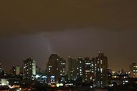 SAO PAULO, SP, 14-01-2014, Chuva e raios. São Paulo recebeu no inicio da noite de hoje (14) ima quantidade enorme de raios seguida de forte chuva na região do bairro da Mooca.   Luiz Guarnieri/ Brazil Photo Press.