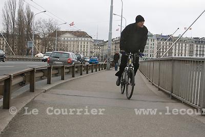 Genève, le 23.12.2008.Cycliste sur le pont du mont-blanc..© Le Courrier / J.-P. Di Silvestro