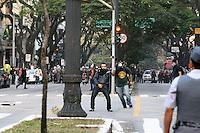 SAO PAULO - SP - 07 DE SETEMBRO DE 2013 - MANIFESTAÇÃO/7 DE SETEMBRO/SP – PMs e manifestantes em confronto no Viaduto Nove de Julho - Manifestação com a presença de integrantes do grupo Black Bloc e movimentos libertários neste sábado (07), dia de comemoração do Sete de Setembro, em São Paulo. Concentração no vão livre do Masp, passeata pela 23 de Maio, e confronto na Praça João Mendes e Viaduto Nove de Julho, em frente a Câmara Municipal.  FOTO: MAURICIO CAMARGO / BRAZIL PHOTO PRESS.