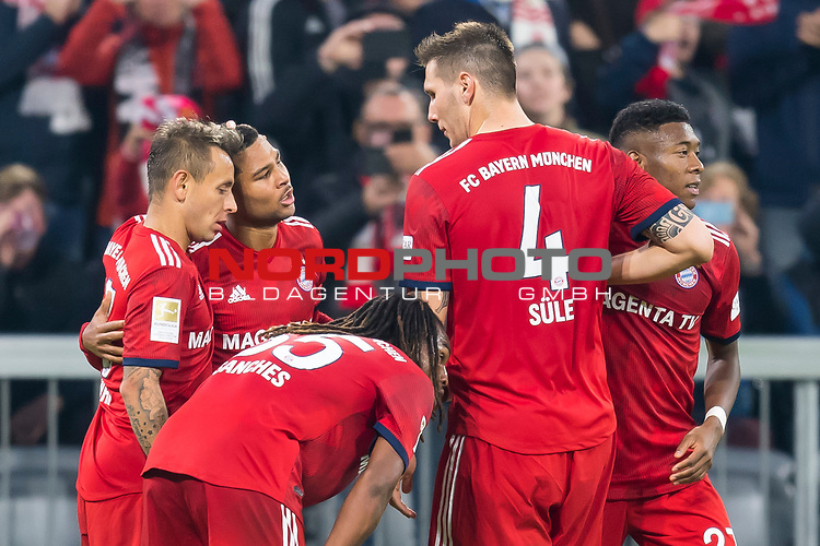 03.11.2018, Allianz Arena, Muenchen, GER, 1.FBL,  FC Bayern Muenchen vs. SC Freiburg, DFL regulations prohibit any use of photographs as image sequences and/or quasi-video, im Bild Jubel nach dem Tor zum 1-0 durch Serge Gnabry (FCB #22) mit Rafinha (FCB #13) Renato Sanches (FCB #35) Niklas Suele (FCB #4) David Alaba (FCB #27) <br /> <br />  Foto © nordphoto / Straubmeier