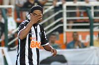 SÃO PAULO, SP, 02 SETEMBRO DE 2012 - CAMPEONATO BRASILEIRO - CORINTHIANS x ATLÉTICO MINEIRO: Ronaldinho durante partida Corinthians x Atlético Mineiro,  válida pela 20ª rodada do Campeonato Brasileiro de 2012, em partida disputada no Estádio do Pacaembu em São Paulo. FOTO: LEVI BIANCO - BRAZIL PHOTO PRESS