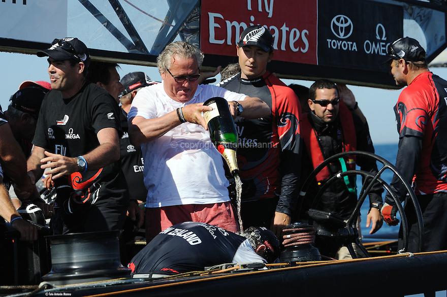 Louis Vuitton Trophy La Maddalena 6 giugno 2010. Emirates Team New Zealand ha vinto. A bordo si festeggia ma il più scatenato è il francese Bruno Troublè. I kiwi controllano le emozioni
