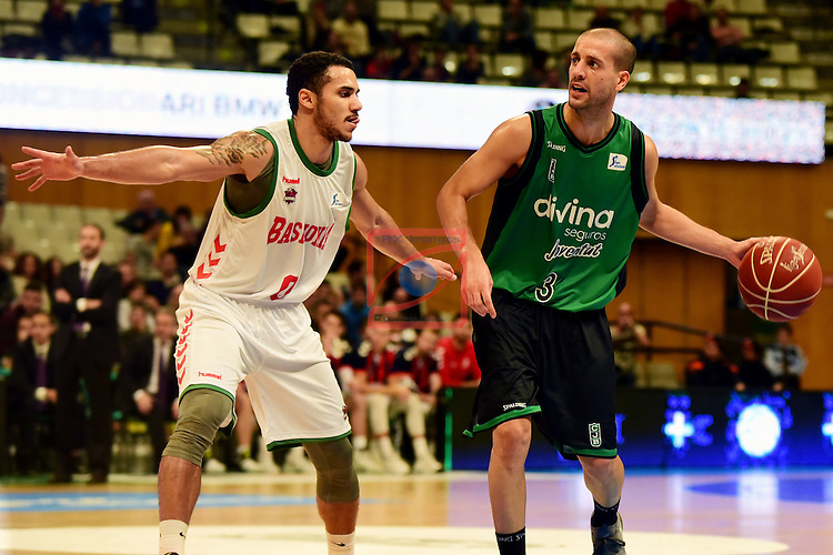League ACB-ENDESA 2016/2017. Game: 5.<br /> Divina Seguros Joventut vs Baskonia: 83-90.<br /> Albert Sabat vs Shane Larkin.
