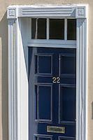 Royaume-Uni, îles Anglo-Normandes, île de Guernesey, Saint Peter Port: Porte d'une maison de la vieille ville // United Kingdom, Channel Islands, Guernsey island, Saint Peter Port: retail door in the old quarter