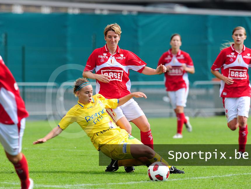 Supercup seizoen 2011 - 2012 ; Kampioen Standard Femina tegen Bekerwinnaar Waasland Beveren Sinaai Girls : Stefanie Van Broeck met de tackle op Aline Zeler.foto DAVID CATRY / Vrouwenteam.be