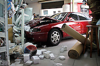 SÃO PAULO,SP,28 FEVEREIRO 2013 - CARRO INVADE LOJA -Um carro invadiu na tarde de hoje uma loja de artigos pra festa depois de perder o freio na Rua do Orfanato esquina com a Falchi Gianini na Vila Prudente zona leste ninguem se feriu. FOTO ALE VIANNA - BRAZIL PHOTO PRESS.
