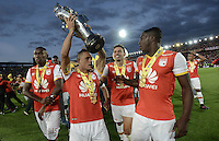 BOGOTÁ -COLOMBIA, 29-01-2017. Anderson Plata, Hector Urrego, Jose Adolfo Valencia, jugadores del Santa Fe celebran con la copa como campeones de la Super Liga Aguila 2017 después del partido de vuelta entre Independiente Santa Fe y Deportivo Independiente Medellin por la SuperLiga Aguila 2017 en el estadio Nemesio Camacho El Campín de la ciudad de Bogotá. / Players of Santa Fe celebrate the title as champion of Super Liga Aguila 2017 after a second leg match between Deportivo Independiente Medellin and Independiente Santa Fe for the SuperLiga Aguila 2017 at Nemesio Camacho El Campin stadium in Bogota city. Photo: VizzorImage/ Gabriel Aponte / Staff