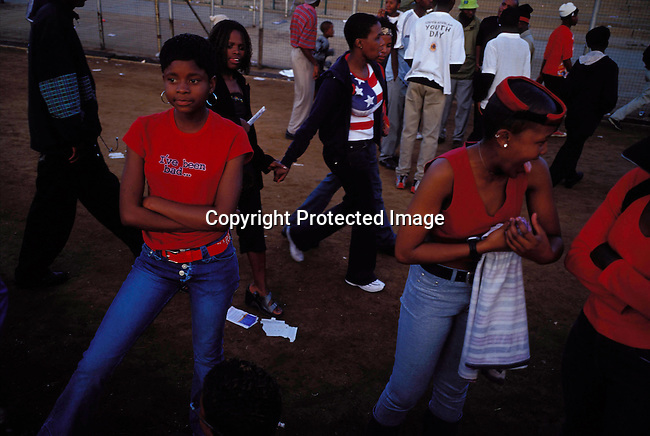 dippnig00082 Nightlife JOHANNESBURG, SOUTH AFRICA - MAY 4: Unidentified people dancing and partying at a  party  on May 4, 2002 in Midrand north of Johannesburg, South Africa. Teenagers.©Per-Anders Pettersson/iAfrika Photos