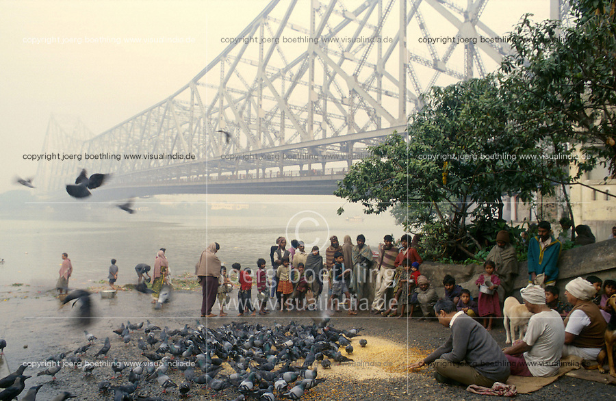 INDIA Calcutta Kolkata, morning bath at Howrah bridge at river Hooghli / INDIEN Westbengalen, Kalkutta, Morgenbad am Fluss Hooghli unter der Howrah Bruecke