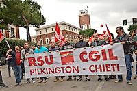 PESCARA (PE) 14/11/2012: SCIOPERO NAZIONALE ED EUROPEO CONTRO L'AUSTERIA' IMPOSTA DAI GOVERNI. IN ITALIA LA CGIL HA INDETTO UNO SCIOPERO GENERALE DI 8 ORE. PESCARA è STATA LA CITTà DOVE LA CGIL HA DECISO DI SFILARE CON UNA PRESENZA DI OLTRE 6MILA PERSONE.  FOTO ADAMO DI LORETO