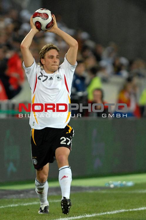Freundschaftsspiel Vorbereitung EM 2007 <br /> <br /> Deutschland (GER) - Daenemark (DEN) 0 - 1<br /> <br /> Einwurf Clemens Fritz (GER)<br /> <br /> Foto &copy; nph (  nordphoto  )  *** Local Caption ***