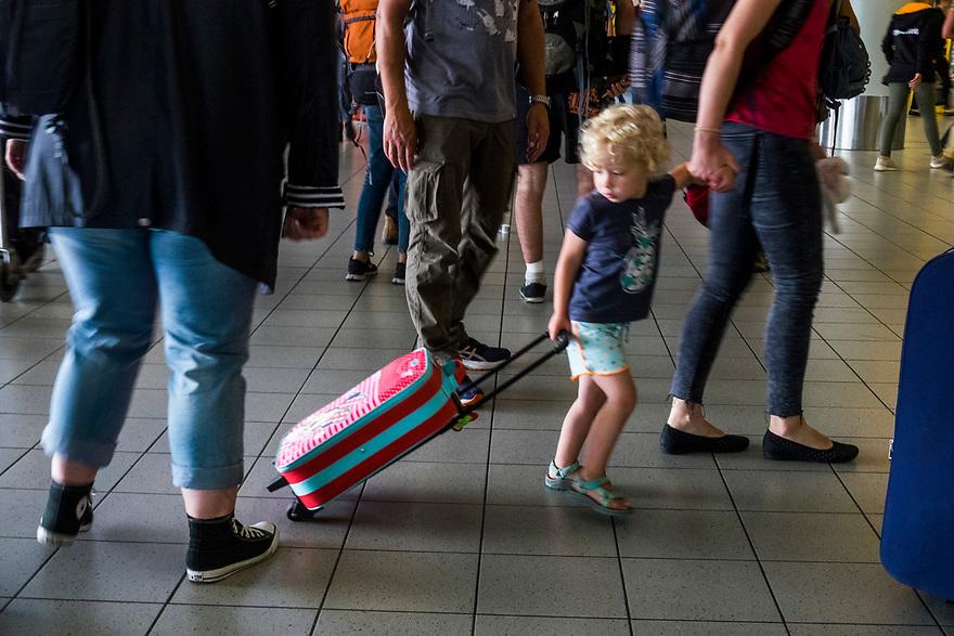 Nederland, Schiphol, 20170731<br /> Het zou vandaag topdrukte worden op luchthaven Schiphol, maar het viel reuze mee. Het was gezellig druk, er waren geen eindeloze wachtrijen waardoor mensen hun vlucht mistten. <br />  <br /> Foto: (c) Michiel Wijnbergh