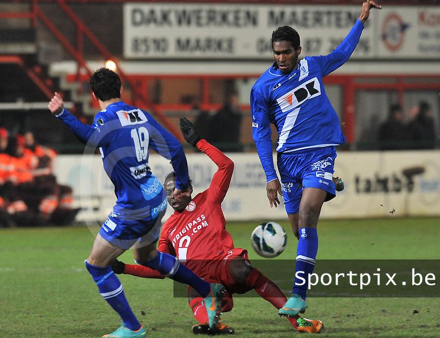 KV Kortrijk - AA Gent : duel tussen Ernest Nfor (midden) en Renato Neto (rechts).foto VDB / BART VANDENBROUCKE