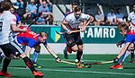 AMSTELVEEN - Mirco Pruyser (Adam) met Leon van Barneveld (SCHC)  tijdens  de hoofdklasse competitiewedstrijd hockey heren,  Amsterdam-SCHC (3-1). COPYRIGHT KOEN SUYK