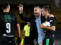 BOGOTÁ-COLOMBIA, 20–04-2019: Lucas Pussineri técnico de Deportivo Cali da instrucciones a Juan Ignacio Dinenno y Agustin Palavecino, durante partido de la fecha 17 entre Independiente Santa Fe y Deportivo Cali, por la Liga Águila I 2019, jugado en el estadio Nemesio Camacho El Campín de la ciudad de Bogotá. / Lucas Pussineri coach of Deportivo Cali gives instructions to Juan Ignacio Dinenno and Agustin Palavecino, during a match of the 17th date between Independiente Santa Fe and Deportivo Cali, for the Aguila Leguaje I 2019 played at the Nemesio Camacho El Campin Stadium in Bogota city, Photo: VizzorImage / Luis Ramírez / Staff.