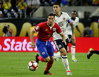 HOUSTON - UNITED STATES, 11-06-2016: James Rodriguez (Der) jugador de Colombia (COL) disputa el balón con Bryan Oviedo (Izq) jugador de Costa Rica (CRC) durante partido del grupo A fecha 3 por la Copa América Centenario USA 2016 jugado en el estadio NRG en Houston, Texas, USA. /  James Rodriguez  (R) player of Colombia (COL) fights the ball with Bryan Oviedo (L) player of Costa Rica (CRC)  during match of the group A date 3 for the Copa América Centenario USA 2016 played at NRG stadium in Houston, Texas ,USA. Photo: VizzorImage/ Luis Alvarez /Str