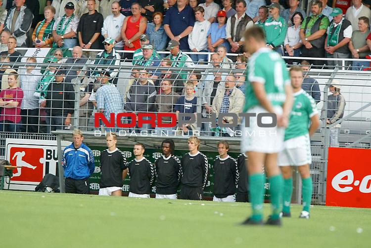 BL 2003/2004 - 3. Spieltag<br /> VfB Luebeck vs SpVgg. Unterhaching <br /> <br /> Gedenkminute Rahn-Emmerich Bank Luebeck <br /> Foto &copy; nordphoto / Anja Heinemann<br /> Hinweis: Gemaess Auflage der Deutschen Fussball Liga (DFL) darf dieses Foto nicht vor Spielende in elektronischen Medien aller Art veroeffentlicht werden. *** Local Caption *** Foto ist honorarpflichtig! zzgl. gesetzl. MwSt.<br />  Belegexemplar erforderlich<br /> Adresse: nordphoto<br /> Georg-Reinke-Strasse 1<br /> 49377 Vechta